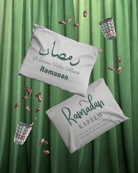 Disposizione con cuscini cadenti in ramadan e datteri secchi