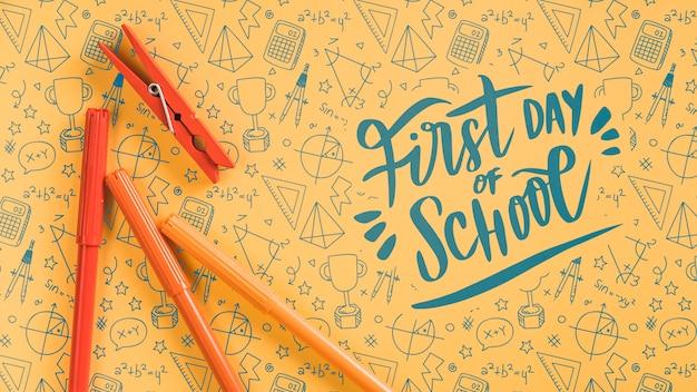 Disposizione con rifornimenti arancioni per l'evento di ritorno a scuola