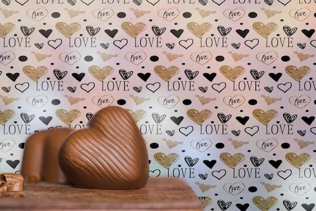 Disposizione con torta al cioccolato a forma di cuore