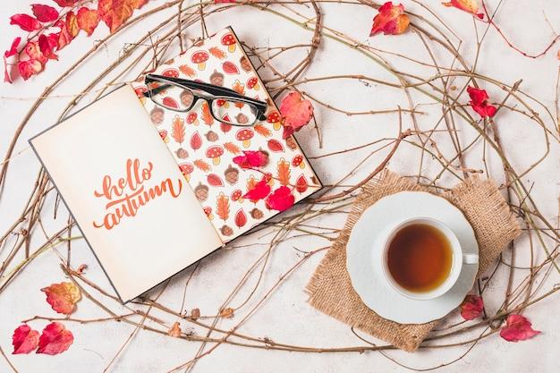 Disposizione di cioccolata calda e notebook vista dall'alto
