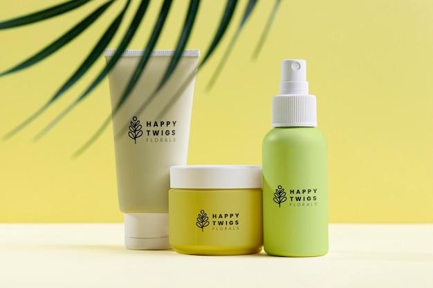 Disposizione di cosmetici naturali con foglie