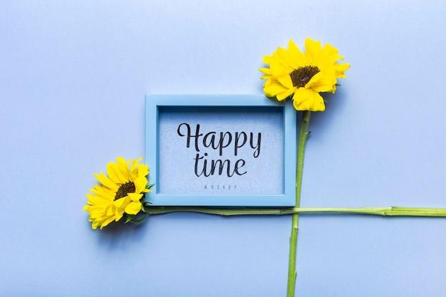 Disposizione di fiori di mock-up di tempo felice