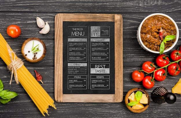 Disposizione di verdure piatte e pasta