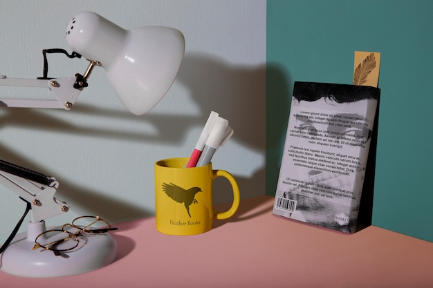 Disposizione frontale di libro e lampada
