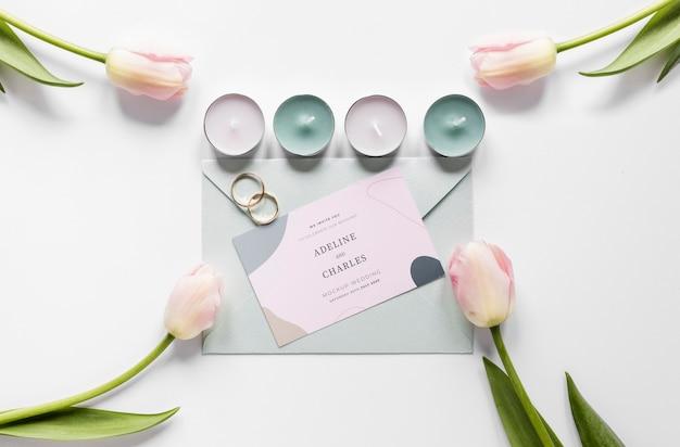 Disposizione grassa della partecipazione di nozze con candele e tulipani