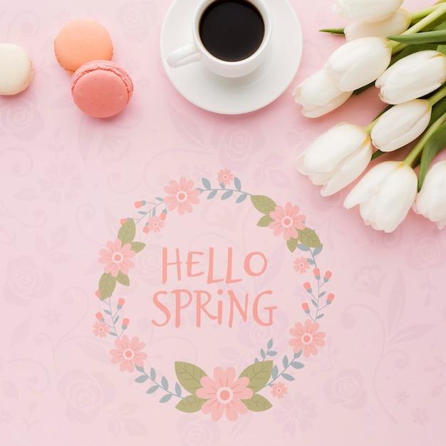 Disposizione piana dei tulipani con la tazza di caffè e i macarons