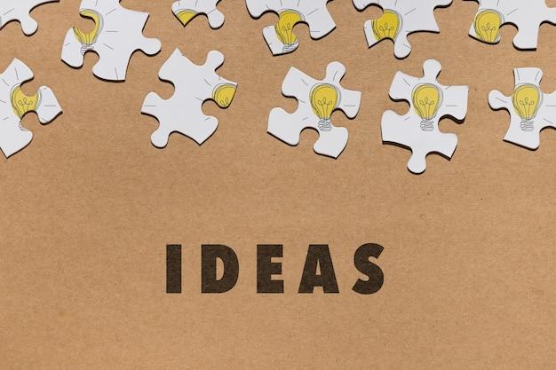 Disposizione piana di disposizione con i pezzi di puzzle su fondo marrone