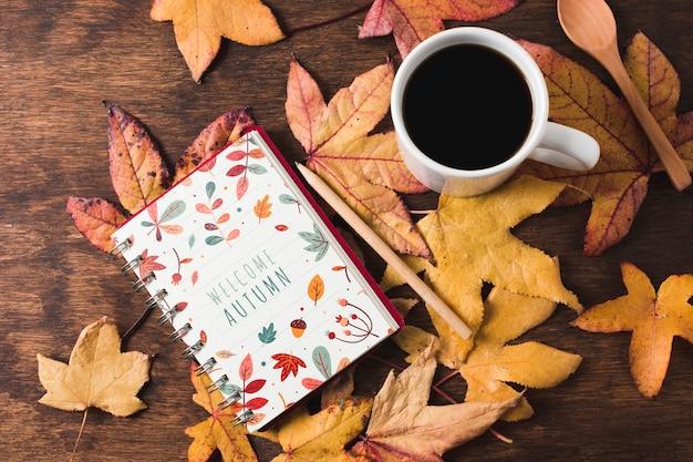 Disposizione piatta con foglie e quaderno