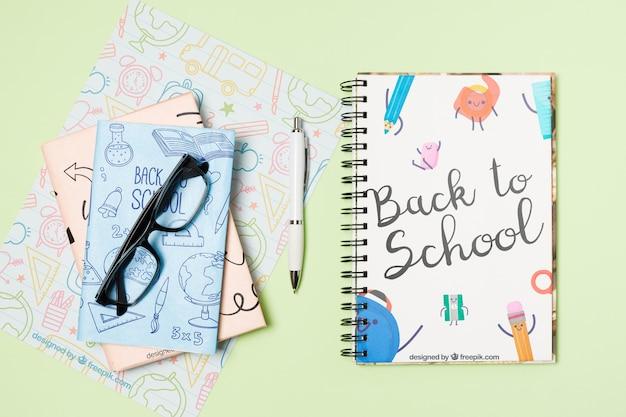 Disposizione piatta con occhiali e quaderni
