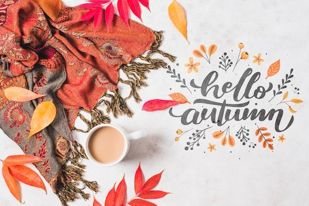 Disposizione piatta con pashmina e foglie