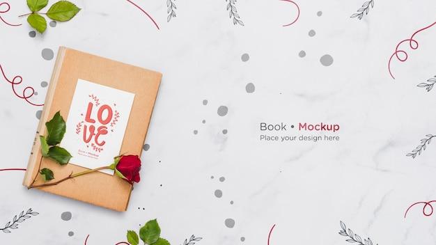 Disposizione piatta del libro con rosa