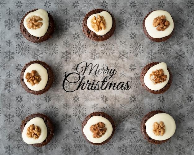Disposizione piatta di deliziosi cupcakes
