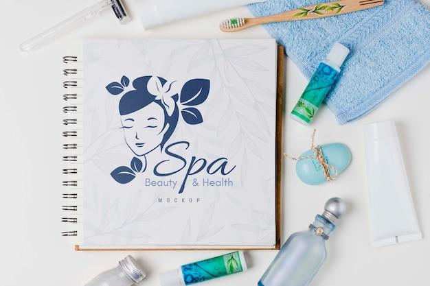 Disposizione spa e benessere con notebook mock-up