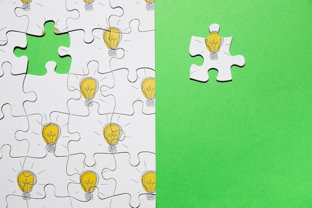 Disposizione vista dall'alto con puzzle su sfondo verde