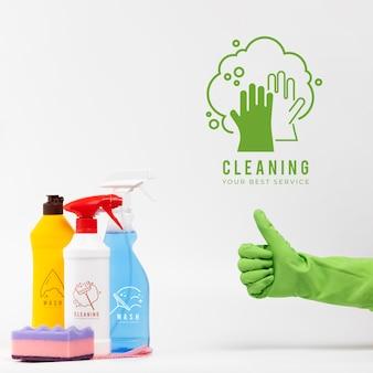 Diverse huis schoonmakende producten beduimelt omhoog gebaar