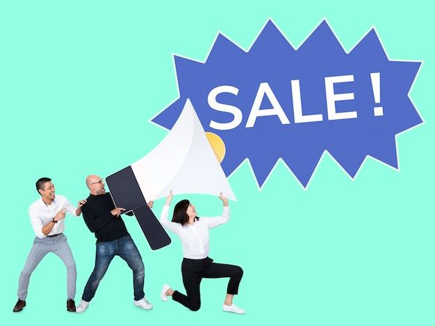 Diverse mensen die een verkooppromotie aankondigen