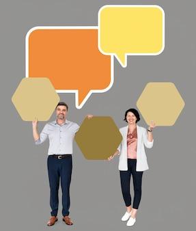 Diverse mensen die hexagon-vormige raad tonen
