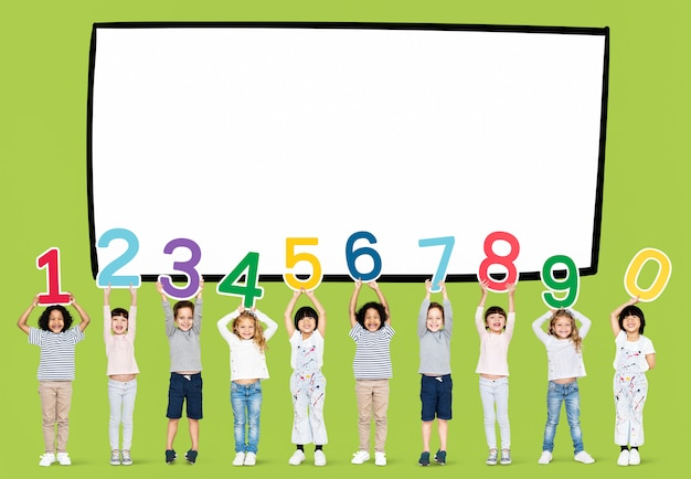 Diversi bambini che tengono i numeri uno a zero