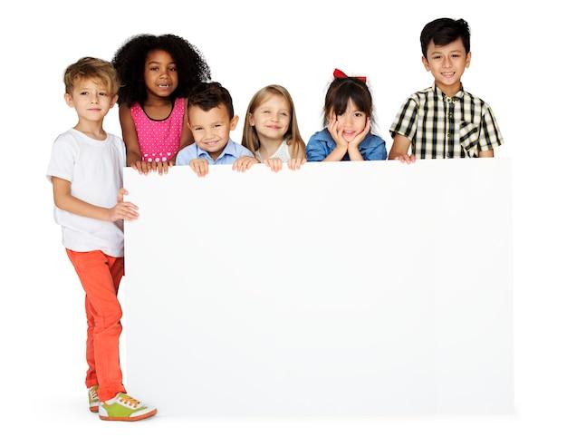 Diversidad de niños mostrando el tablero de la bandera