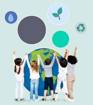 Diversos niños difundiendo conciencia ambiental.