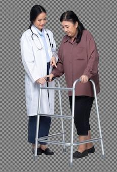 El doctor está ayudando a una mujer asiática mayor que usa el andador de marco de aluminio zimmer para apoyar durante la rehabilitación hasta la recuperación. fondos blancos aislados de longitud completa