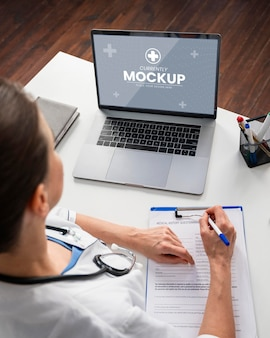 Doctor con laptop de cerca