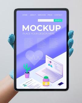 Doctor sosteniendo maqueta de tableta