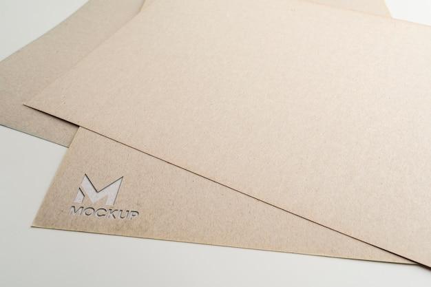 Documenten met elegant mock-up logo-ontwerp