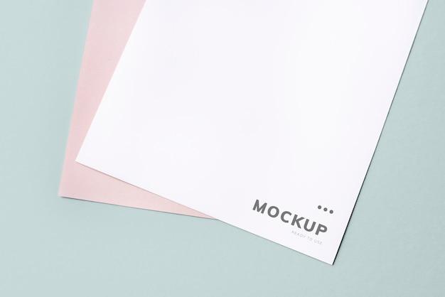Documento maqueta sobre un fondo liso