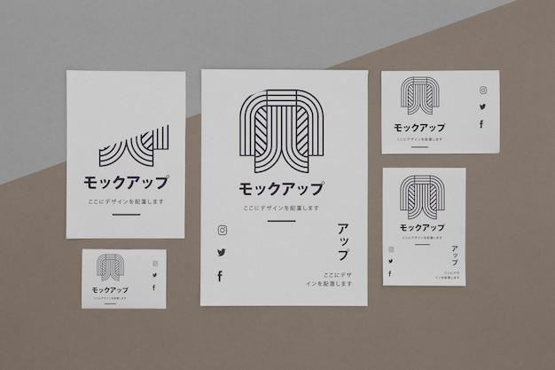 Documentos maqueta asiática sobre fondo marrón