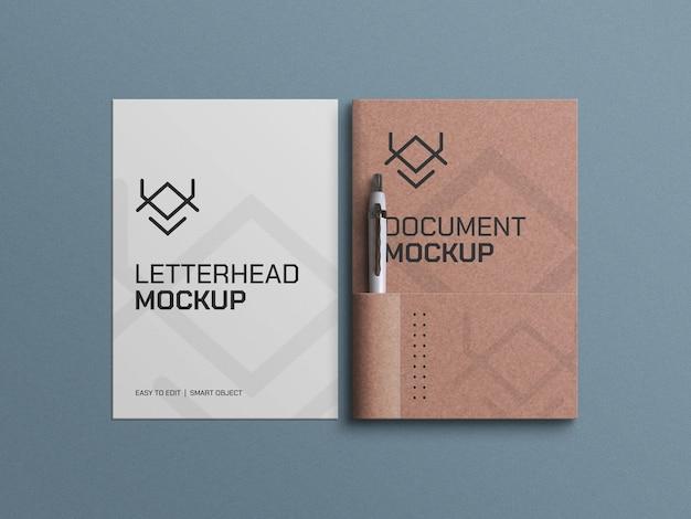 Documentos en papel artesanal con maqueta de membrete y bolígrafo.