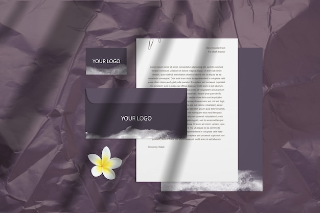 Donker leeg merkermodel met paarse visitekaartjes, enveloppen geïsoleerd op het oppervlak met bloem en schaduwen. psd slimme laag kan verplaatsen