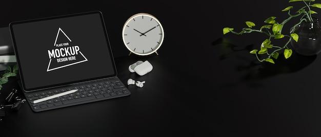 Donkere werkruimte met laptop mockup klok oordopjes planten kopiëren ruimte op zwarte tafel zwart