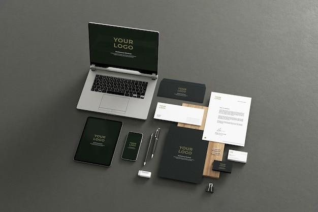 Donkergroen briefpapiermodel bedrijf met laptop tablet telefoon