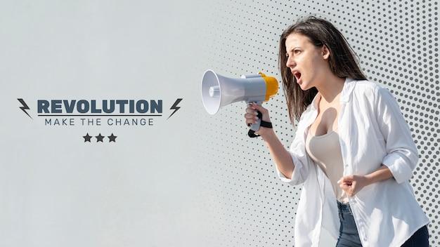 Donna arrabbiata che grida tramite il megafono