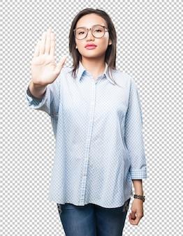 Donna asiatica che fa gesto di arresto