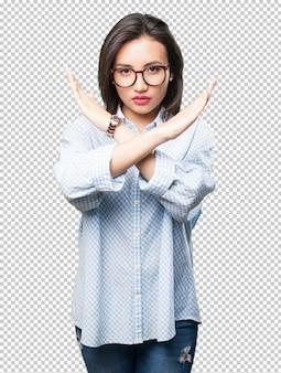 Donna asiatica che fa gesto trasversale