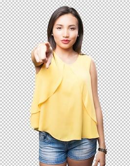 Donna asiatica che punta davanti