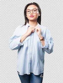 Donna asiatica regolando i suoi vestiti