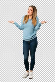 Donna bionda con la camicia blu che fa gesto poco importante mentre alza le spalle