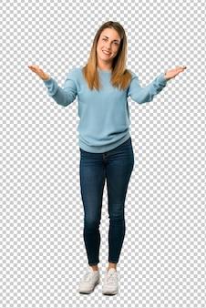 Donna bionda con la camicia blu che presenta e che invita a venire con la mano