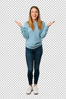 Donna bionda con la camicia blu con espressione facciale sorpresa e scioccata