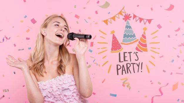 Donna che canta alla festa di compleanno