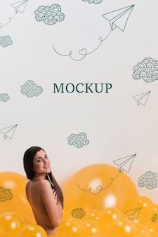 Donna che guarda l'obbiettivo con nuvole gialle mock-up