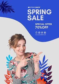 Donna che indica il manifesto di vendita di primavera
