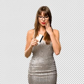 Donna che indossa un abito di paillettes