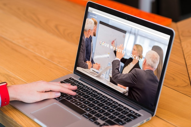 Donna che lavora con il modello di laptop