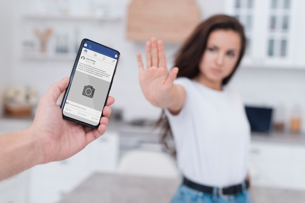Donna che rifiuta di essere dipendente da uno smartphone
