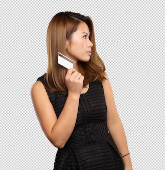 Donna cinese che tiene una carta di credito