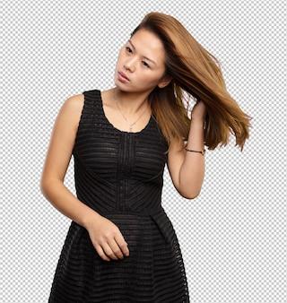 Donna cinese che tocca i suoi capelli